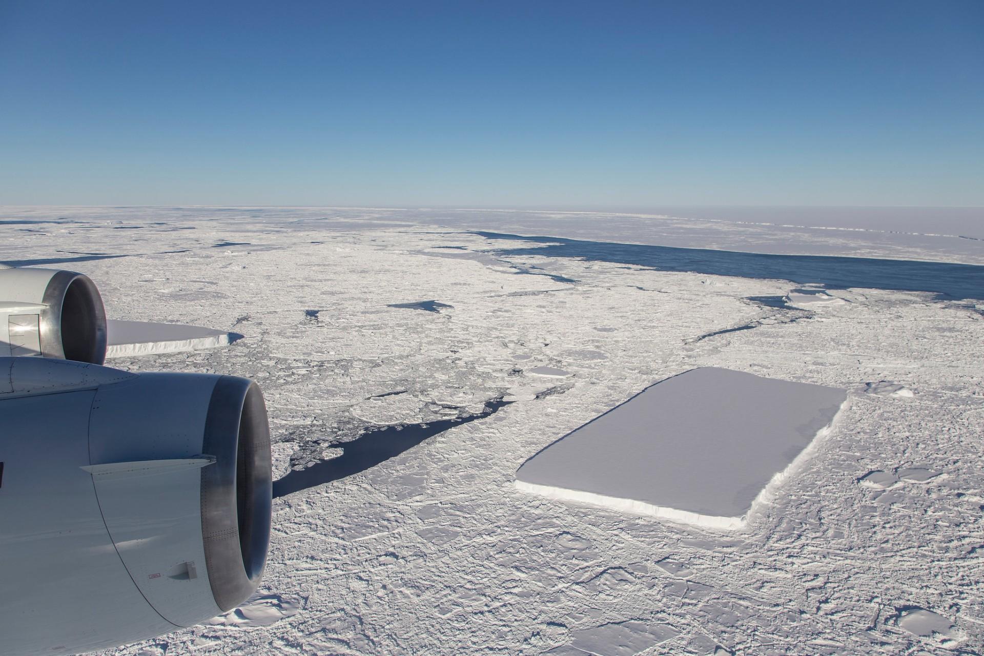Ученые из NASA показали больше фото странного прямоугольного айсберга